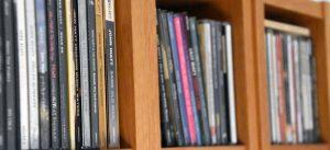 CD-Regal mit Alben von John Hiatt