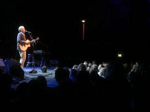 Intimer Moment: John Hiatt und Publikum.
