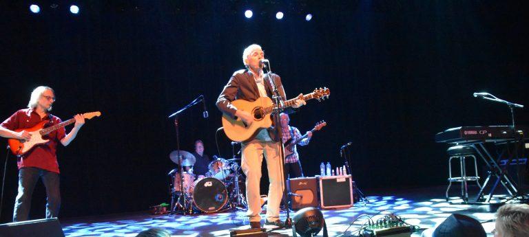 John Hiatt im Konzert – ein Sänger, zwei Perspektiven