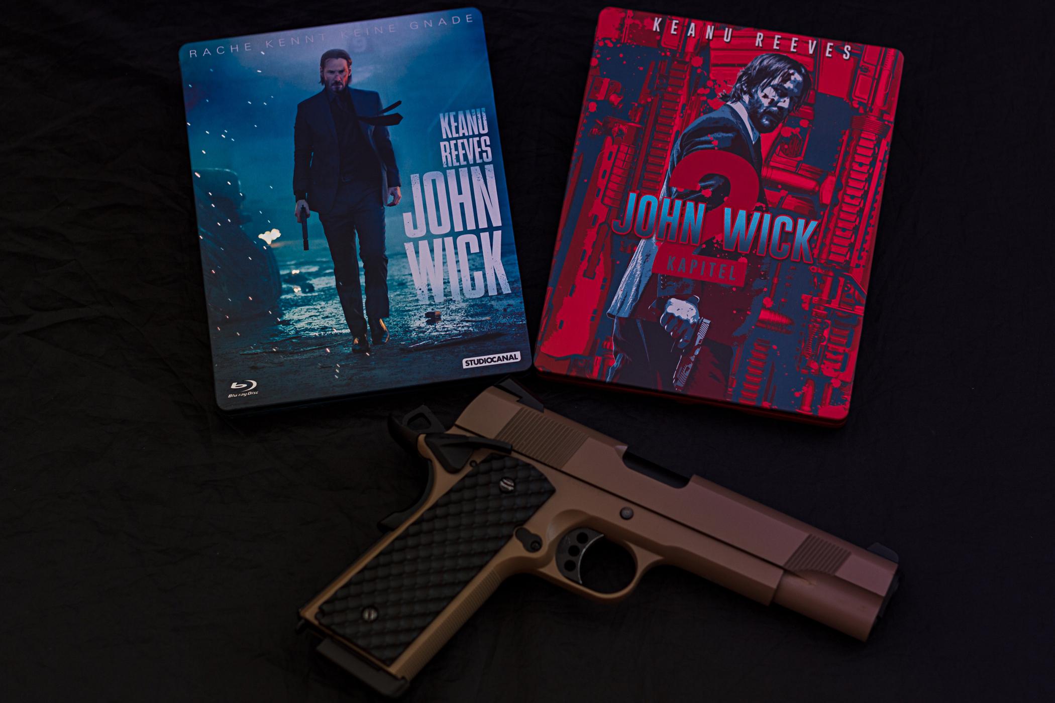 John Wick Steelbooks und Pistole