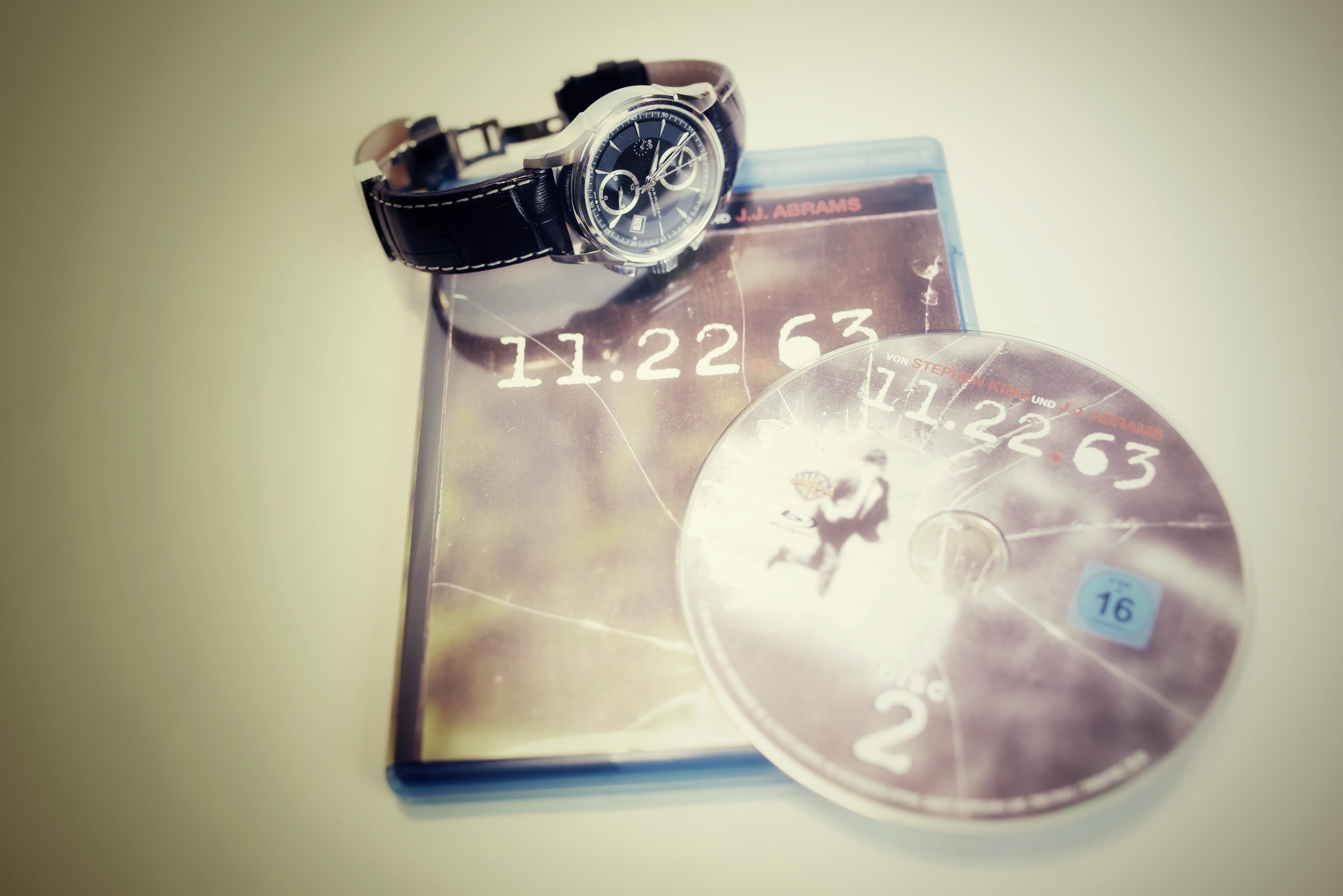 11.22.63 und Armbanduhr.